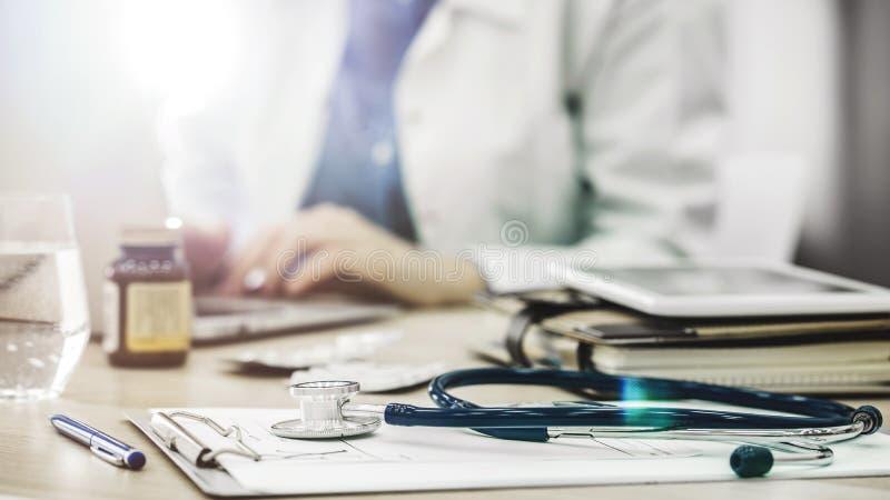 Lekarka patrzeje komputer zdjęcie stock