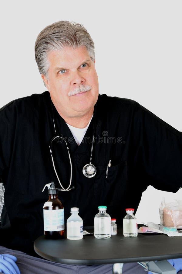 Lekarka patrzeje pacjenta z lekarstwami obrazy stock