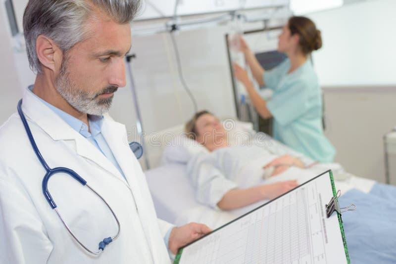 Lekarka patrzeje schowka pacjenta w tle fotografia royalty free