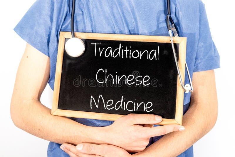 Lekarka pokazuje informację na blackboard: tradycyjni chińskie medycyna MEDYCZNY poj?cie obrazy stock