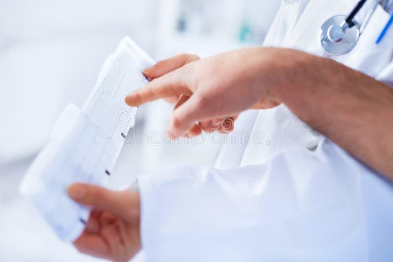 Lekarka pokazuje koledze rezultaty od kardiograma zdjęcia stock