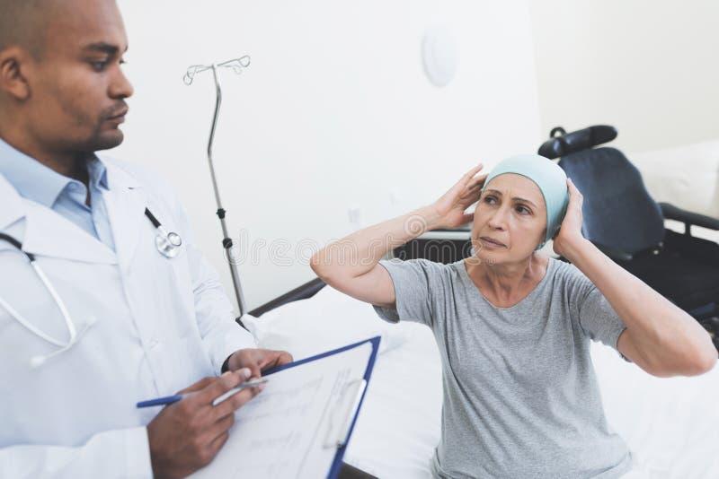 Lekarka przesłuchuje kobiety Kobieta przechodzi rehabilitację po leczenia raka fotografia royalty free