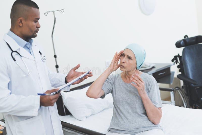 Lekarka przesłuchuje kobiety Kobieta przechodzi rehabilitację po leczenia raka zdjęcie royalty free