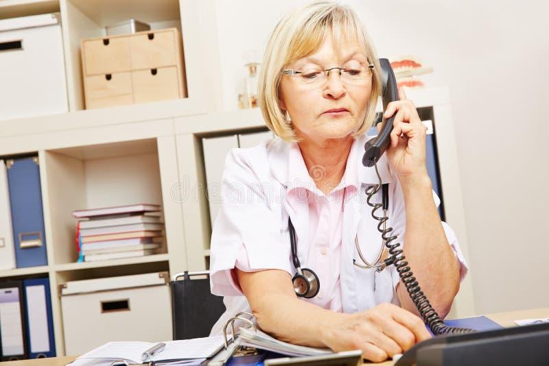 Lekarka przy medycznym nagłym wypadkiem na telefonie zdjęcie royalty free