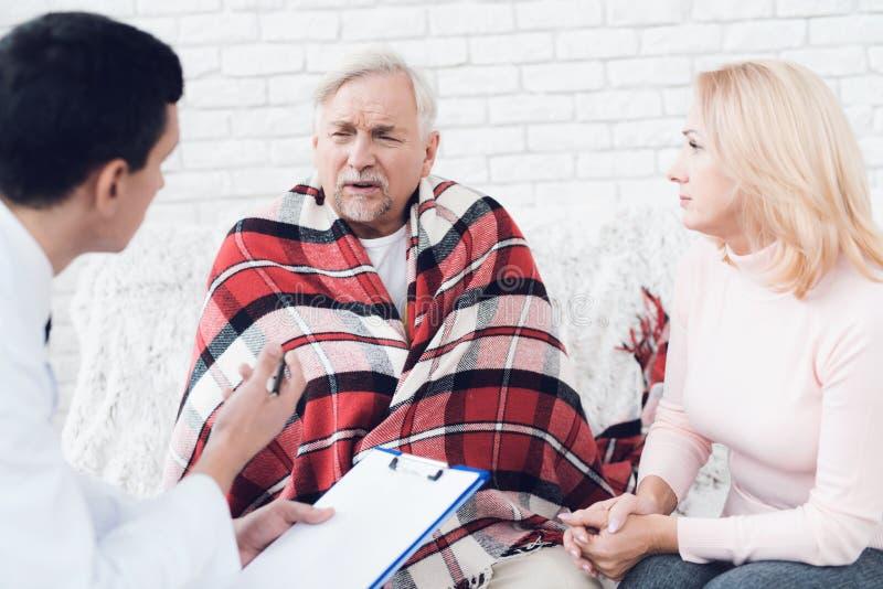 Lekarka przychodził stary człowiek w żółtym kardiganie Stary człowiek zostać bolączką i lekarka przesłuchuje on fotografia royalty free
