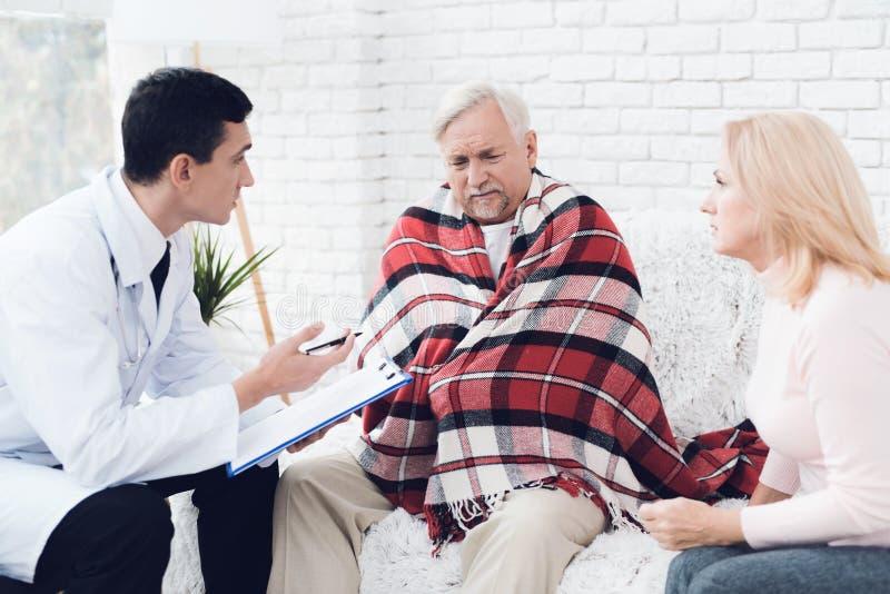 Lekarka przychodził stary człowiek w żółtym kardiganie Stary człowiek zostać bolączką i lekarka przesłuchuje on zdjęcie stock