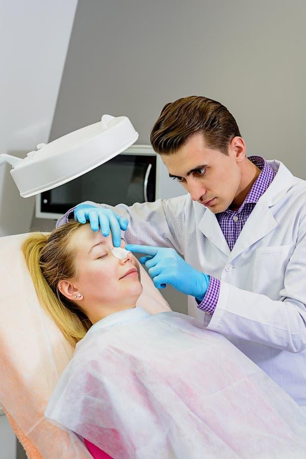 Lekarka przygotowywa pacjenta dla operacji zdjęcia royalty free