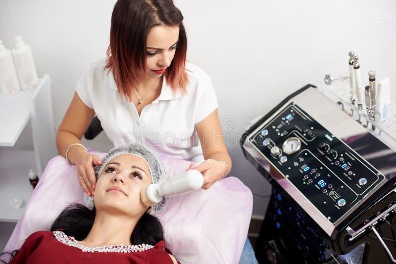 Lekarka robi procedurze narzędzia stawiać czoło cleaning z miękkim płodozmiennym muśnięciem obraz royalty free