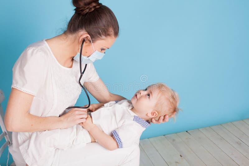 Lekarka słucha chłopiec stetoskop zdjęcia stock