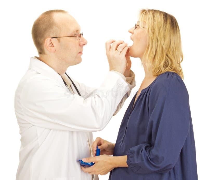 Lekarka stosować pacjenta mouthguard zdjęcie royalty free