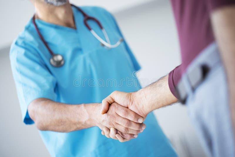 Lekarka trząść ręki z pacjentem obrazy stock