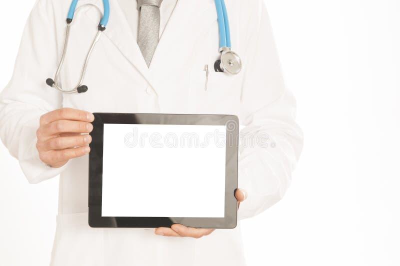Lekarka w białym żakiecie z stetoskopem pokazuje pustego cyfrowego pastylka komputer osobistego Odizolowywającego na bielu obrazy stock
