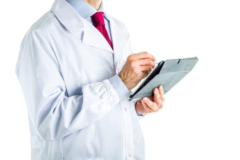 Lekarka w białym żakieta writing na pastylka pececie z stylus zdjęcie royalty free