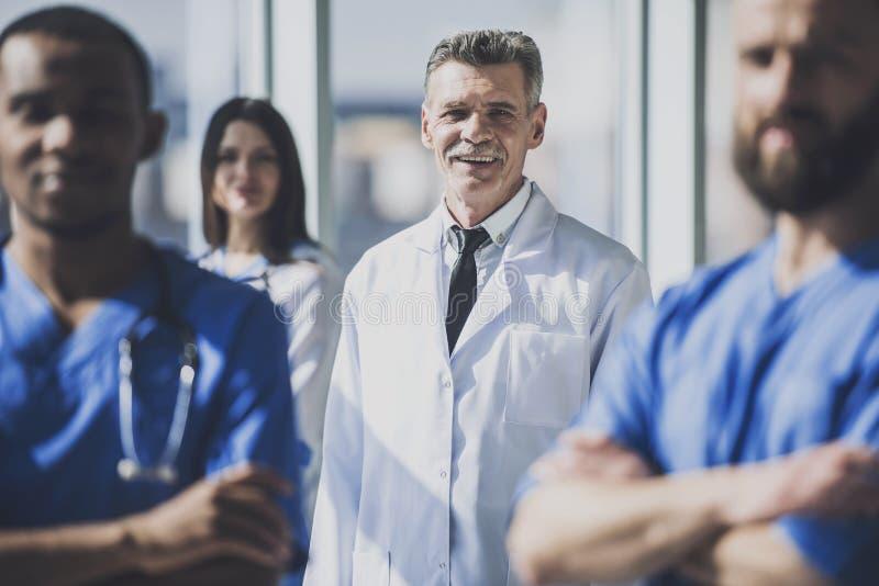 Lekarka w bielu munduru pozyci w szpitalu fotografia royalty free