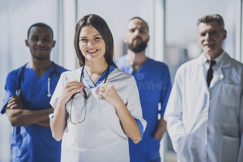 Lekarka w bielu munduru pozyci w szpitalu fotografia stock