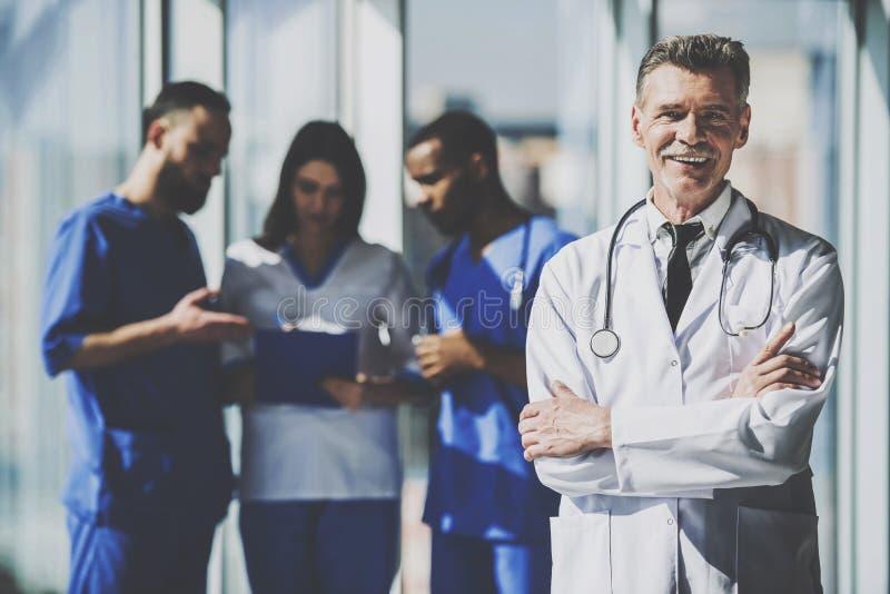 Lekarka w bielu munduru pozyci w szpitalu zdjęcie stock