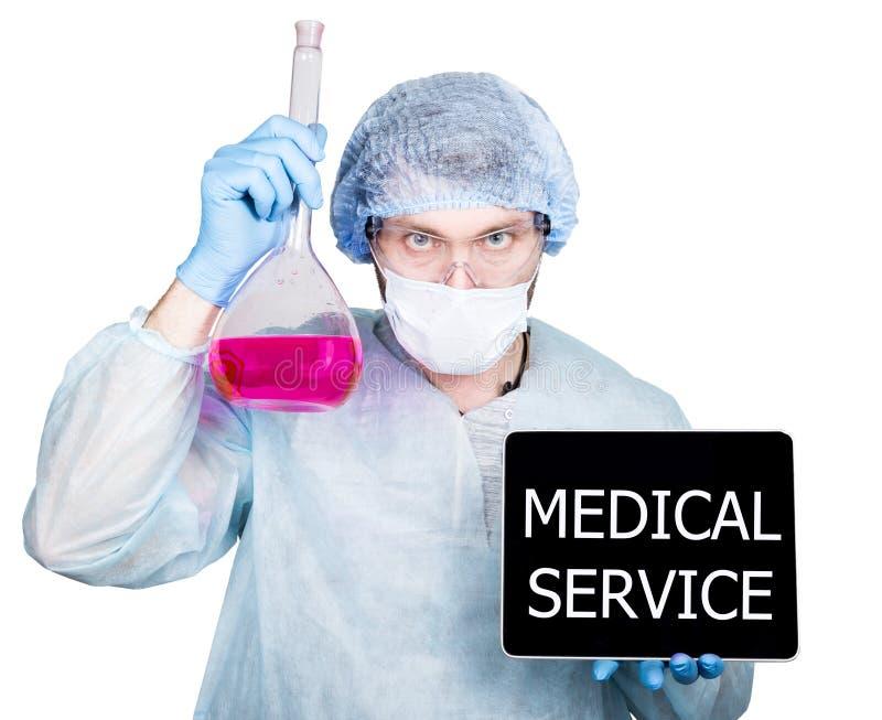Lekarka w chirurgicznie mundurze, trzymający kolbiastego i cyfrowego pastylka komputer osobistego z usługa zdrowotna znakiem tech obraz royalty free