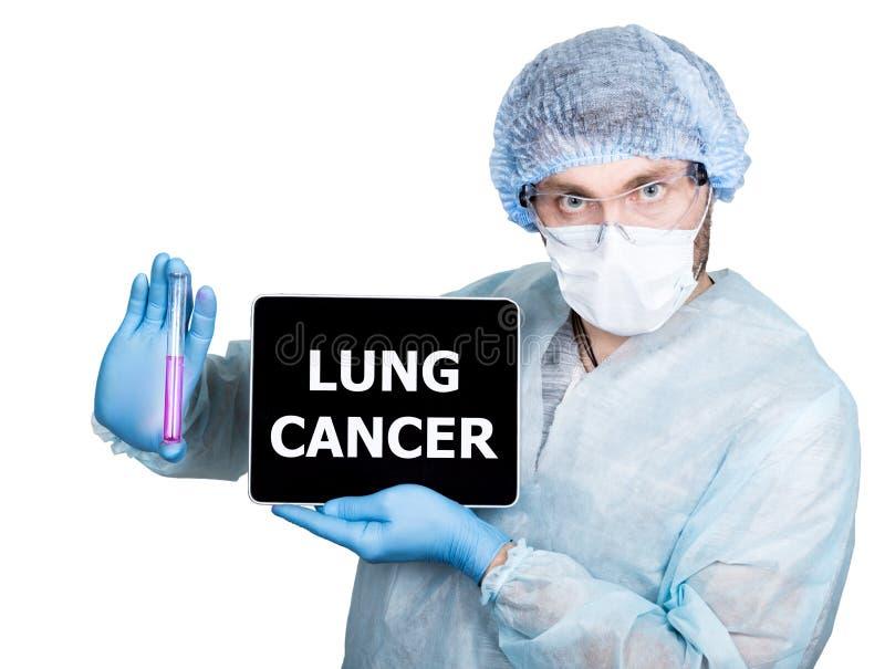 Lekarka w chirurgicznie mundurze, trzymający próbnej tubki i cyfrowego pastylka komputeru osobistego z nowotworu płuc znakiem int obrazy stock