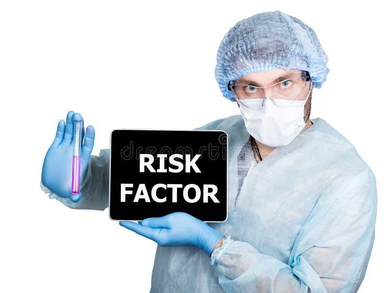 Lekarka w chirurgicznie mundurze, trzymający próbnej tubki i cyfrowego pastylka komputeru osobistego z współczynnika ryzyka znaki obraz stock