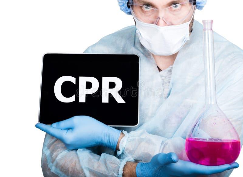 Lekarka w chirurgicznie mundurze, trzymający różową kolbę i cyfrowego pastylka komputer osobistego z cpr znakiem interneta networ zdjęcie royalty free