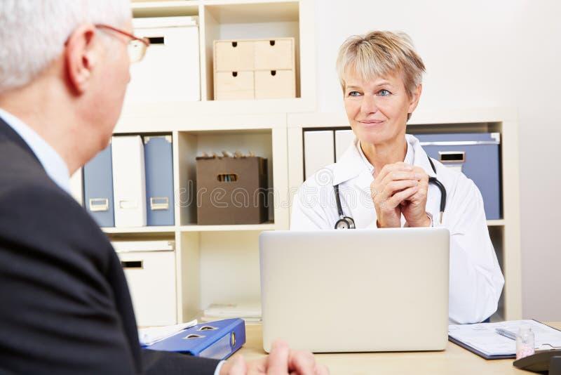 Lekarka w jej biurowy opowiadać obraz royalty free