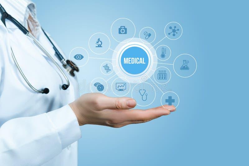 Lekarka w ręce pokazuje nowatorską opiekę medyczną zdjęcia stock