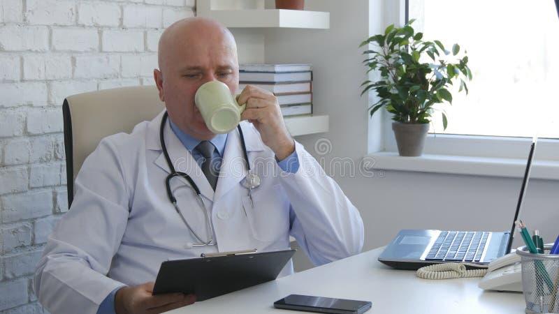 Lekarka w Szpitalnym Biurowym napoju Smakowity filiżanka kawy obrazy royalty free