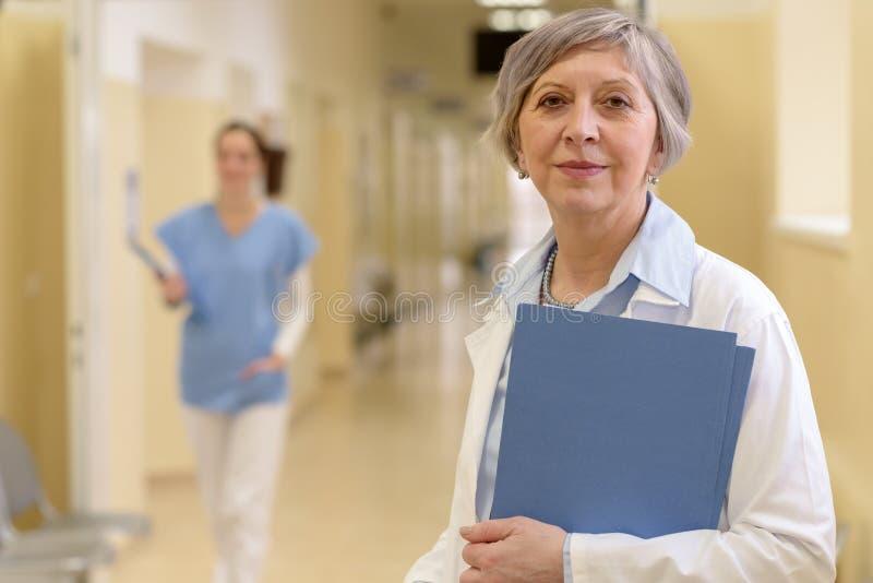 Lekarka w szpitalnym korytarzu fotografia stock