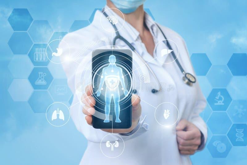 Lekarka w telefonie komórkowym app zdjęcie royalty free