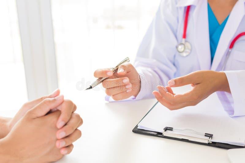 Lekarka wyjaśnia jej pacjent zdjęcia royalty free