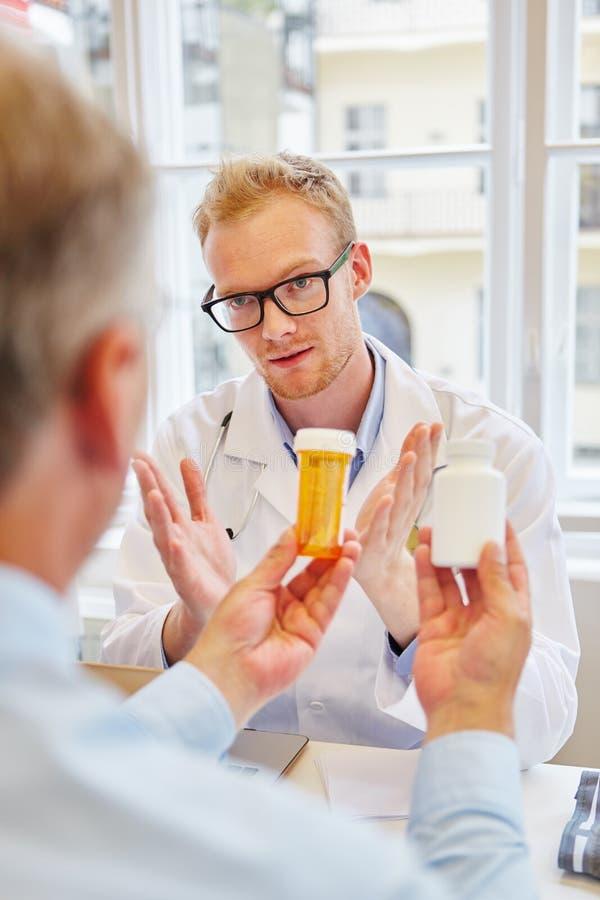 Lekarka wyjaśnia traktowanie z pastylkami obrazy stock