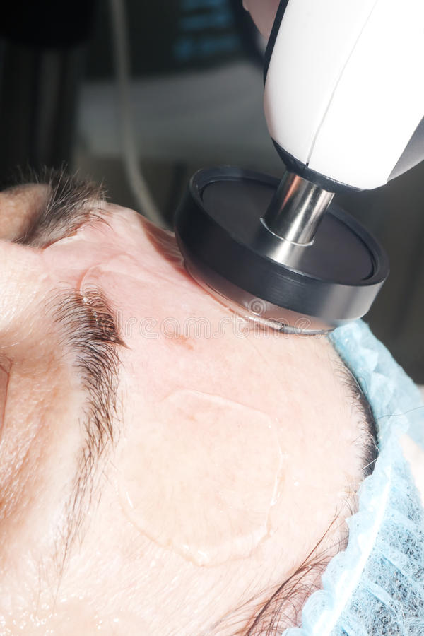 Lekarka wykonuje radiowego udźwig w twarzy zdjęcie stock