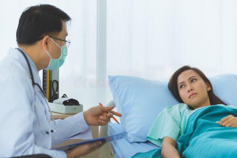 Lekarka wzi?? puls ?e?ski pacjent obraz royalty free