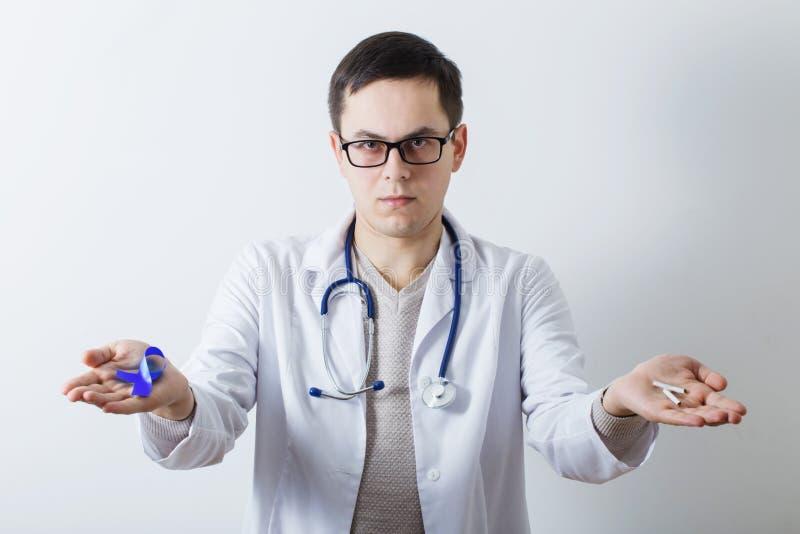 Lekarka z łamanym papierosem i symbol nowotwór fotografia royalty free