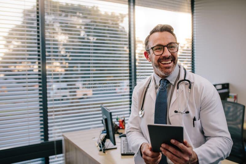 Lekarka z cyfrową pastylką w jego biurze fotografia royalty free