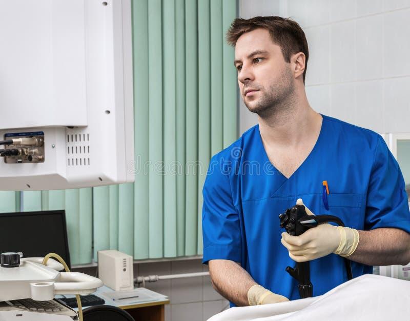 Lekarka z endoskopem fotografia stock