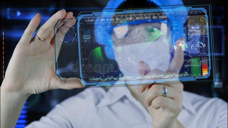 Lekarka z futurystyczną hud ekranu pastylką Ziemska mapa i radar Przyszłość zdjęcia stock