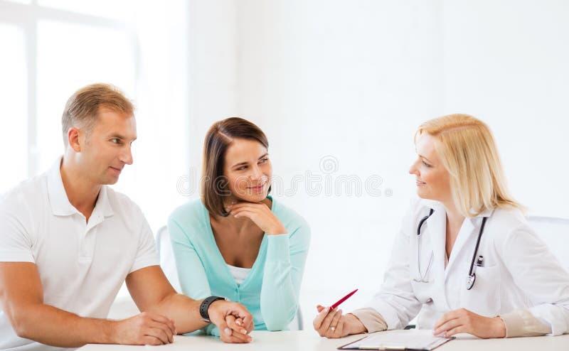 Lekarka z pacjentami w gabinecie obrazy royalty free