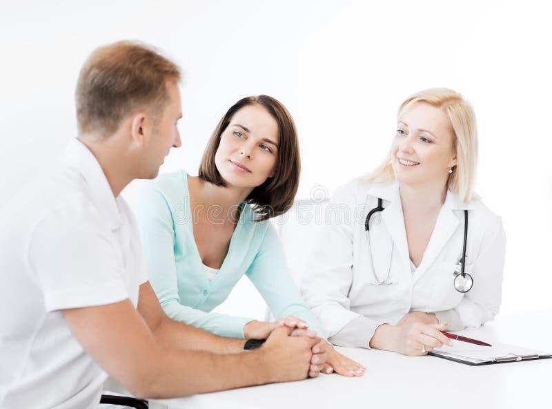 Lekarka z pacjentami w gabinecie zdjęcia stock