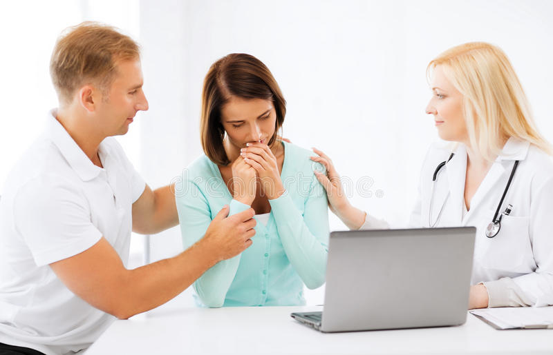 Lekarka z pacjentami w szpitalu zdjęcia royalty free