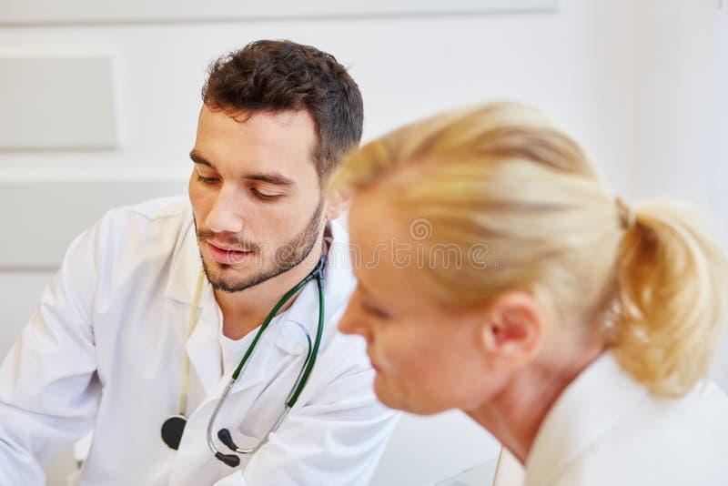 Lekarka z pacjentem obrazy royalty free