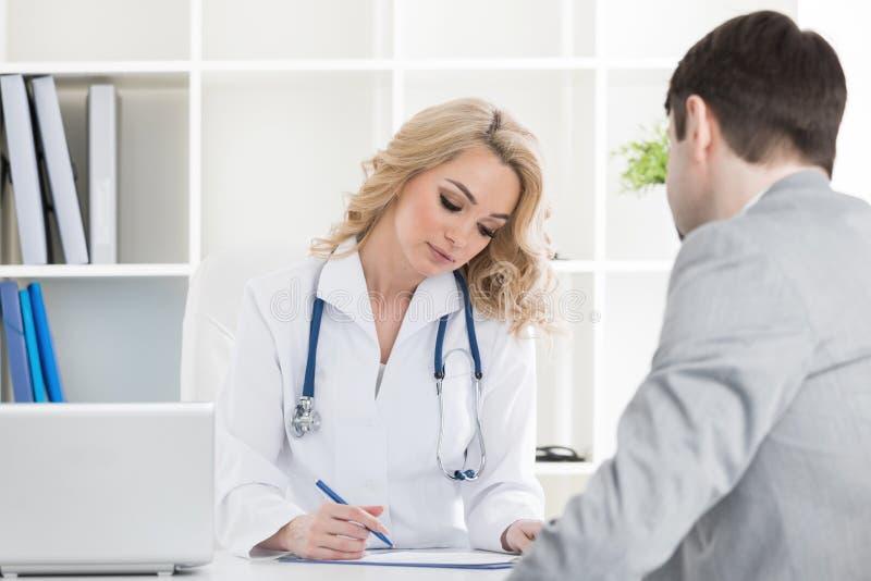 Lekarka z pacjentem zdjęcia royalty free
