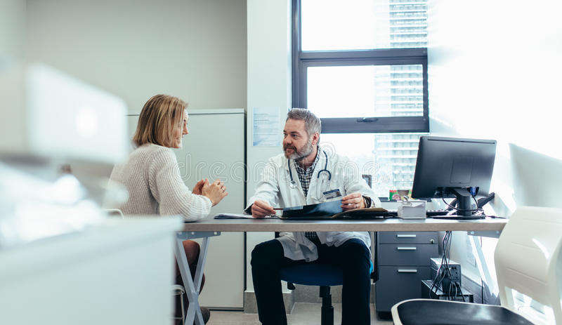 Lekarka z pacjentem podczas konsultaci w medycznym biurze obraz royalty free