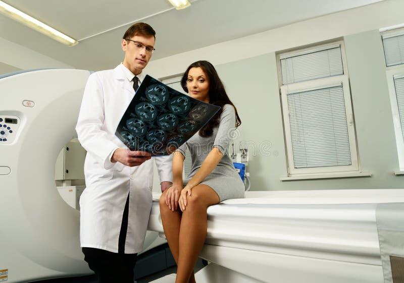 Lekarka z pacjentem przy obliczającą tomografią fotografia stock