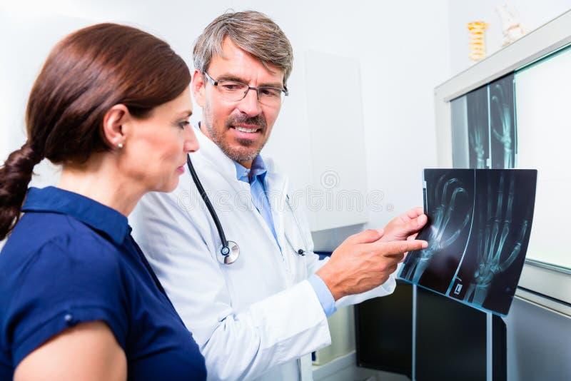 Lekarka z promieniowanie rentgenowskie obrazkiem cierpliwa ręka obrazy royalty free