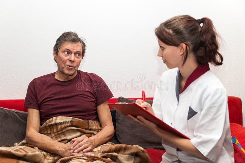 Lekarka z schowkiem i pacjentem zdjęcie royalty free