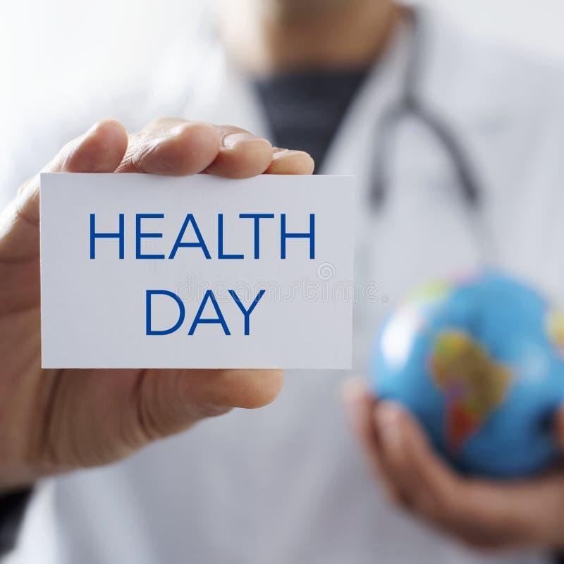 Lekarka z signboard z tekstów światowych zdrowie dniem zdjęcie royalty free