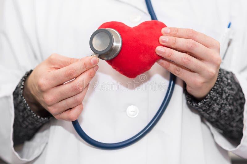 Lekarka z stetoskopem auscultate serce zdrowy pojęcia życie zdjęcie royalty free