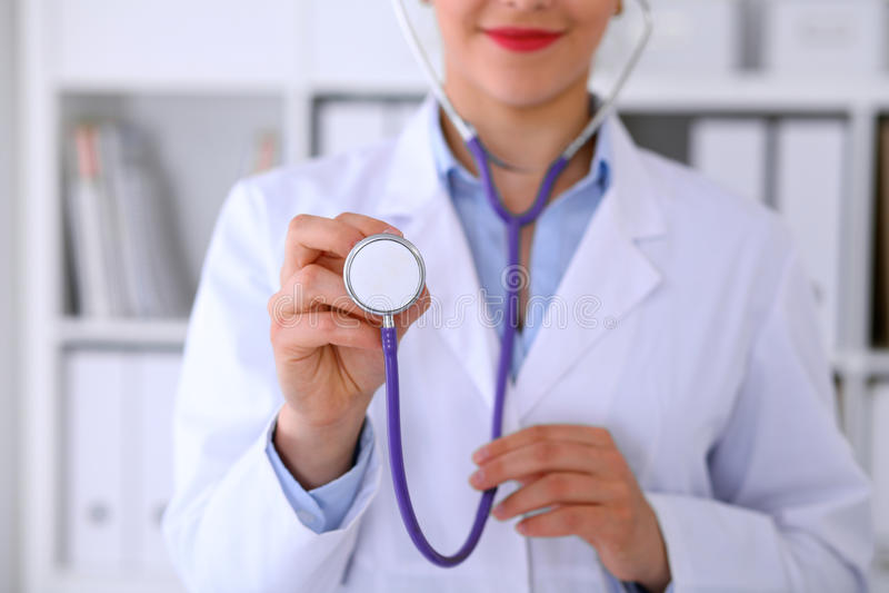 Lekarka z stetoskopem w rękach obraz stock