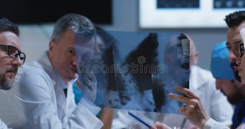 Lekarki analizuje karkowego kr?gos?upa promieniowanie rentgenowskie obrazy royalty free
